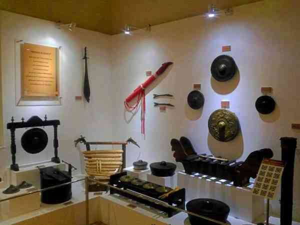 koleksi alat musik