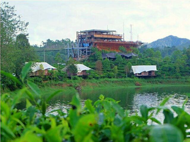 Kapal Pinisi Restoran Glamping Lakeside Rancabali