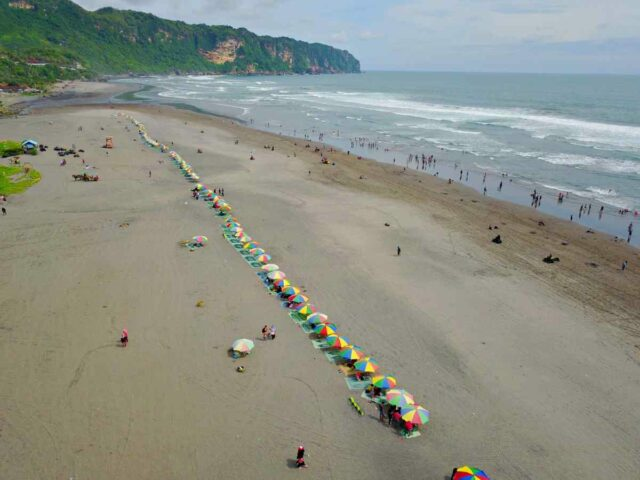 beach umbrella for rent in parangtritis