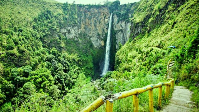 Hundred of stair to the bottom of Sipiso-Piso Waterfall
