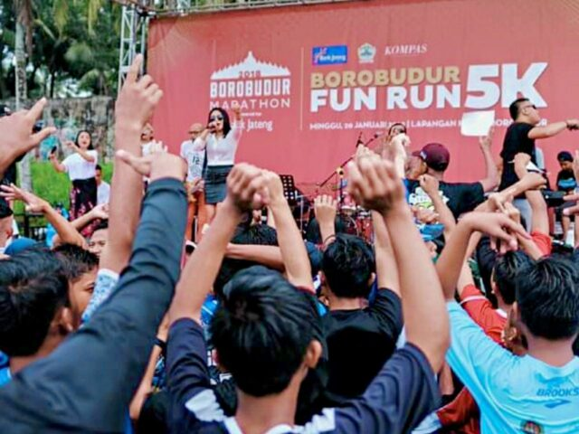 Local Artist entertain borobudur marathon runners