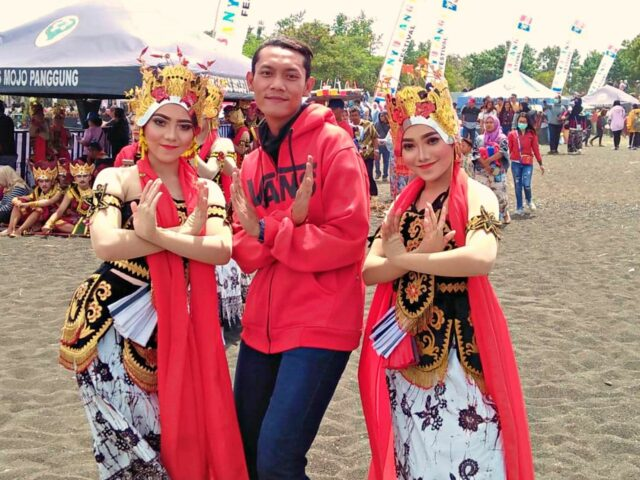 posing with gandrung sewu dancers