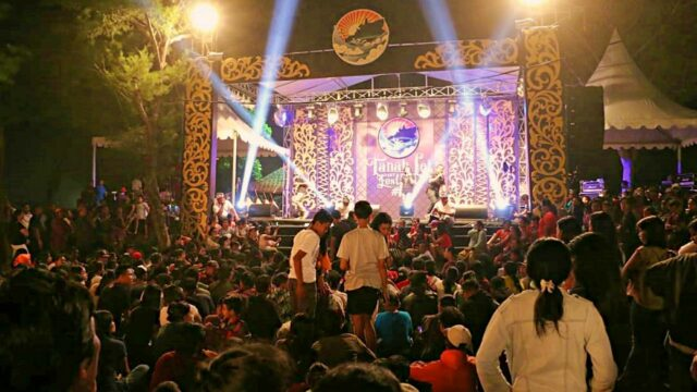 music performance tanah lot festival