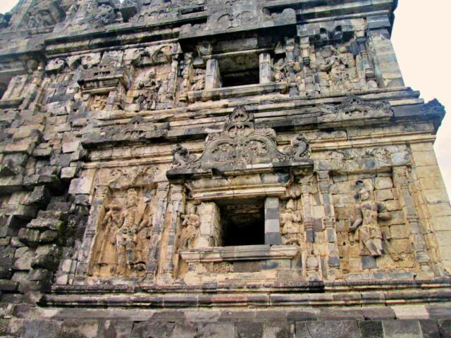 candi sari carvings