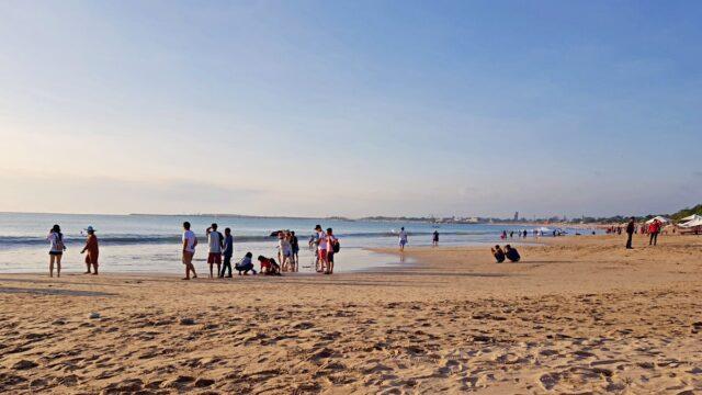 legian beach crowd