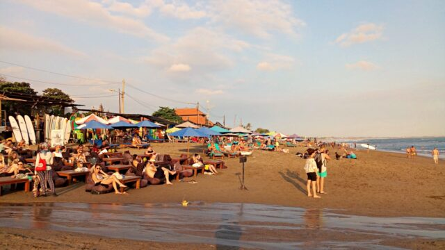 batu bolong beach crowds