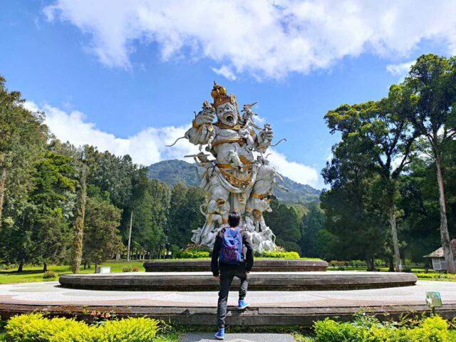 kumbakarna statue at bali botanic garden