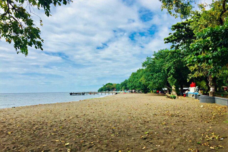 lovina beach shoreline