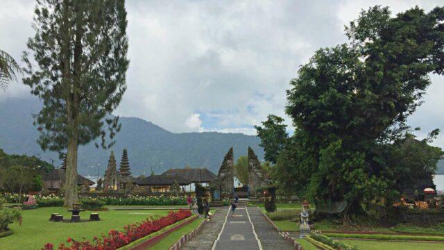 the gate to ulun danu beratan temple